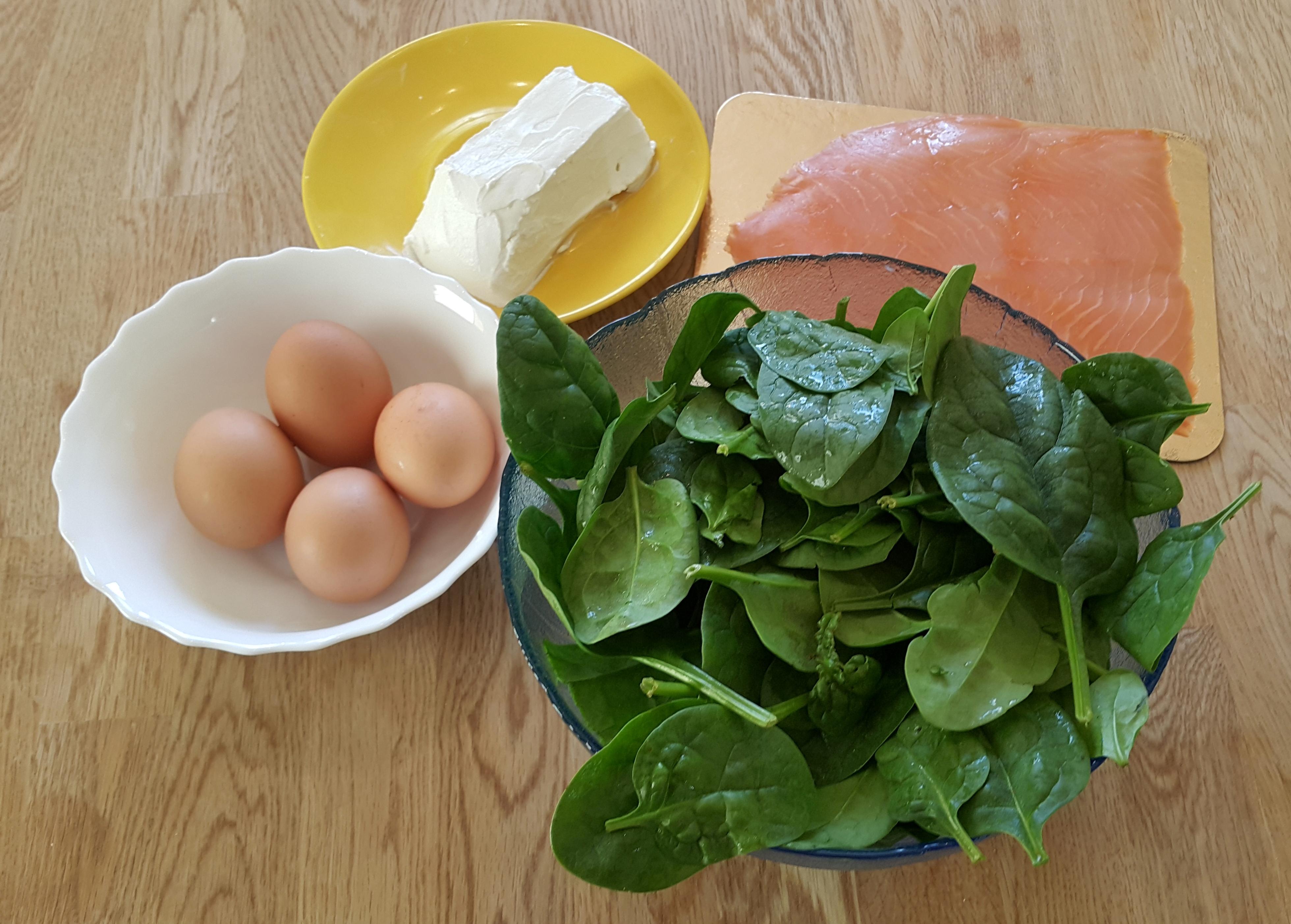 składniki na roladę z łososiem i szpinakiem